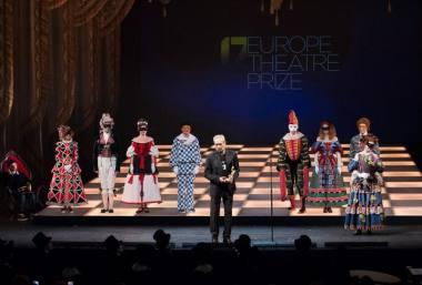 Europos teatro premijos teikimo ceremonija Sankt Peterburge. Prizas - Valerijaus Fokino rankose. Nuotrauka iš premio-europa.org