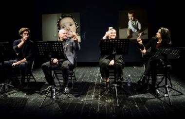 """Kęstutis Cicėnas, Mindaugas Jusčius, Kamilė Petruškevičiūtė ir Elzė Gudavičiūtė pjesės """"Šimtas metų vaikystės"""" skaityme. Dmitrijaus Matvejevo nuotrauka"""