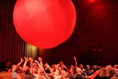 """Scena iš spektaklio """"Raudonas kamuolys"""". Organizatorių nuotrauka"""