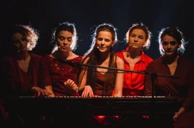 """Scena iš spektaklio-koncerto """"Graži ir ta galinga"""". Eglės Sabaliauskaitės nuotrauka"""