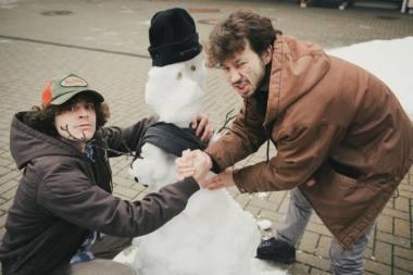 Prie pirmojo savo sukurto sniego senio - Arielis Brownas ir Asafas Schoutenas. Donato Stankevičiaus nuotrauka