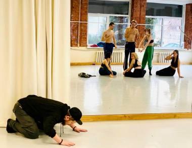 """Akimirka iš performatyvaus šokio spektaklio """"Bekūniai"""" repeticijos, režisierius Artūras Areima. Nuotrauka iš organizatorių archyvo"""
