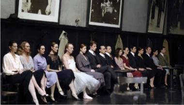 """Scena iš vieno pirmųjų choreografės Pinos Bausch su dramaturgu Raimundu Hoghe bendrų darbų – """"Bandonija"""", 1980. Nuotrauka iš Vupertalio šokio teatro archyvo"""