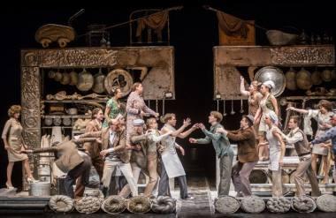"""Scena iš spektaklio """"Įstabioji ir graudžioji Romeo ir Džuljetos istorija"""" (rež. Oskaras Koršunovas). Dmitrijaus Matvejevo nuotrauka"""