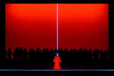 """Moteris italų operose turi mirti, idant pabaigoje dar įtaigiau nuskambėtų pačios gražiausios melodijos ir jų būtų neįmanoma užmiršti. Didžiausiu moterų galabytoju laikomas Puccini, jis pagailėjo tik Turandot. Scena iš operos """"Turandot"""", režisierius Robertas Wilsonas (Lietuvos nacionalinis operos ir baleto teatras, 2019). Martyno Aleksos nuotrauka"""