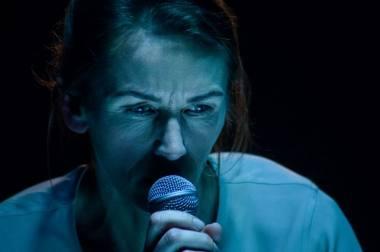 """Scena iš spektaklio """"Žmogus iš žuvies"""", režisierė Eglė Švedkauskaitė; aktorė Viktorija Kuodytė. Lauros Vansevičienės nuotrauka"""