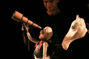 """Akimirka iš """"Hop Signor Puppet Theater"""" pasirodymo festivalyje """"Materia Magica"""" (2019). Nuotrauka iš organizatorių archyvo."""