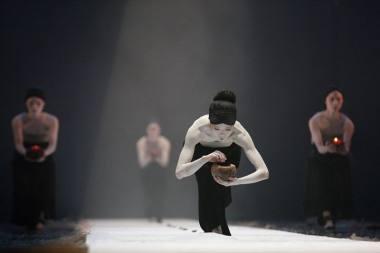 """Akimirka iš trupės """"Legend Lin Dance Theatre"""" spektaklio, choreografė Lin Lee-Chen (Taivanas). Nuotrauka iš trupės archyvo"""
