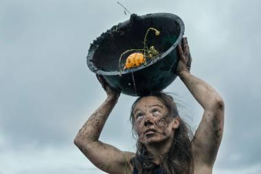 """Akimirka iš performanso """"78h. ungrowing grass"""" (2020), autorė Goda Žukauskaitė. Donatos Kukytės nuotrauka"""