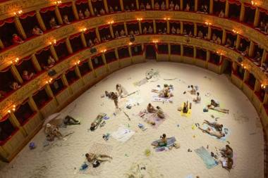 """Rugilės Barzdžiukaitės, Vaivos Grainytės, Linos Lapelytės opera-performansas """"Saulė ir jūra"""", """"Teatro Argentina"""", Roma, 2021. Operos-performanso organizatorių nuotrauka"""
