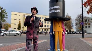 Tarptautinio teatrų festivalio COM·MEDIA improvizuota spaudos konferencija. Nuotrauka iš organizatorių archyvo