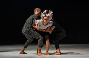 """Scena iš šokio spektaklio """"Audros akis"""", choreogr. Rachidas Ouramdane ' as. Eglės Sabaliauskaitės nuotrauka"""