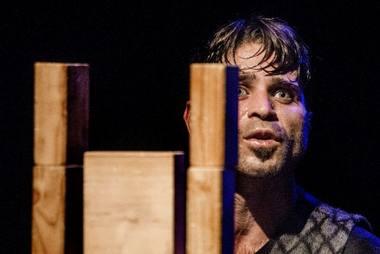 """Fadi Zmorrod spektaklyje """"B-Orders"""". Dmitrijaus Matvejevo nuotrauka"""