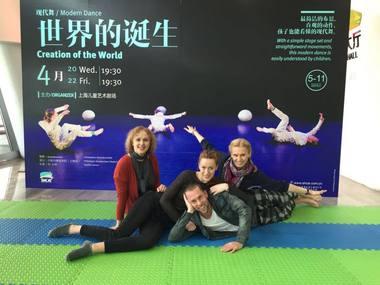 """Birutė Banevičiūtė ir  """"Dansemos"""" šokėjai Kinijoje.  """"Dansemos"""" archyvo nuotrauka"""