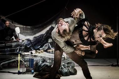 """Spektaklio """"Visi genijai, visi idiotai"""", tapusio absoliučia festivalio sensacija, kūrėjai – Švedijos trupė """"Svalbard"""". Dmitrijaus Matvejevo nuotrauka"""