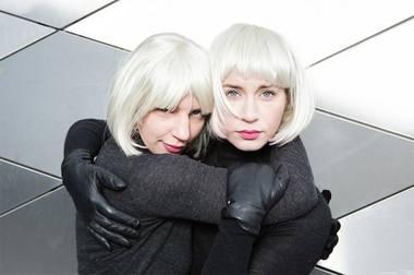 """Greta Grinevičiūtė ir Agnietė Lisičkinaitė kuria spektaklio """"B ir B dialogas"""" herojes. Rengėjų archyvo nuotrauka"""