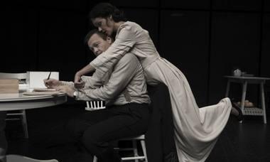"""Scenoje iš spektaklio """"Tėvas"""" – Rotmistras (Darius Meškauskas) ir Laura (Aldona Bendoriūtė). Remigijaus Treigio nuotrauka"""