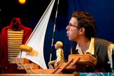 """Nepaprastai paprasta istorija apie siuvėjo kasdienybę spektaklyje """"Siuvėjo ateljė"""". Rengėjų archyvo nuotrauka"""