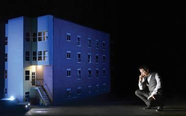 """Robertas Lepage'as spektaklyje """"887"""". Éricko Labbé nuotrauka iš canadianstage.ca"""