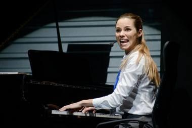 """Elžbieta Latėnaitė spektaklyje """"Bedalis ir labdarys"""". Lauros Vansevičienės nuotrauka"""