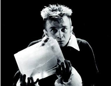 """Andrius Mamontovas vaidina Hamletą Eimunto Nekrošiaus spektaklyje, sukurtame 1997 m. """"Meno forto"""" archyvo nuotrauka"""