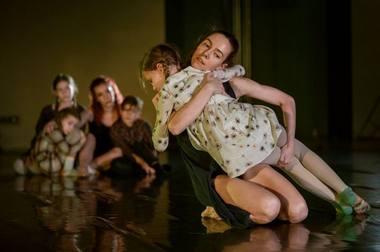"""Scena iš spektaklio """"Noriu maitinančios dienos iš tavo rankų"""". Svetlanos Baturos nuotrauka"""