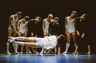 """Spektaklis """"SH-BOOM!"""" atskleidžia, kaip žmonės iš skirtingų socialinių sluoksnių elgiasi tarpusavyje. Rahi Rezvani nuotrauka"""