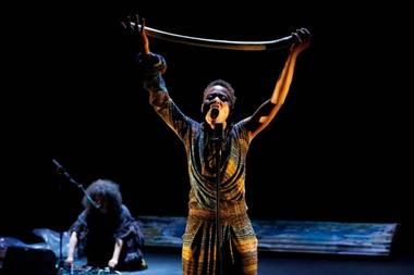 "Dorothée Munyaneza'os monospektaklis / solo koncertas ""Unwanted"". Christophe Raynaud de Lage nuotrauka iš festival-avignon.com"