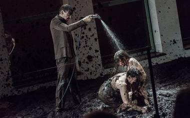 """Scena iš spektaklio """"Nr. 43 Purvas"""" (teatras """"NO99"""", Estija). Rengėjų archyvo nuotrauka"""