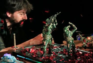 """Arielio Dorono spektaklis """"Plastikiniai herojai"""". Donato Bielkausko nuotrauka"""