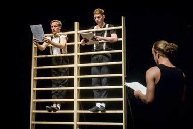 """Pjesės """"Trijulis aukštyn kojom"""" slaitymas. Dmitrijaus Matvejevo nuotrauka"""