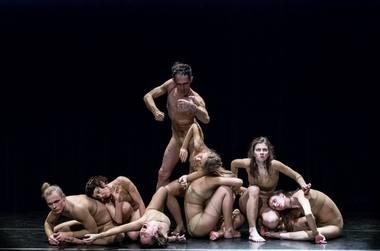 """""""Bejausmis"""" - pasakojimas apie grupę žmonių be atminties ir pasitikėjimo savo pojūčiais. Fabrice Pairault nuotrauka"""