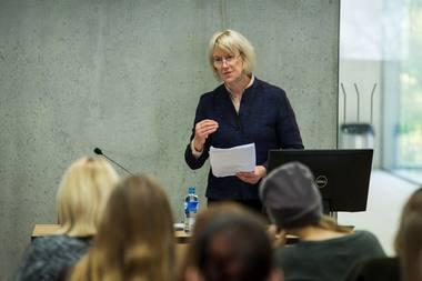"""Yorko universiteto profesorė Erica Sheen Vilniaus ir Vytauto Didžiojo universitetuose skaitė paskaitas """"Šekspyriškoji Europos idėja"""". Rengėjų archyvo nuotrauka"""