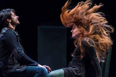 """Scena iš spektaklio """"Kalės vaikai"""" repeticijos. Patarėjas Abelis (Edvardas Brazys) ir Lotė (Karolina Kontenytė). Algirdo Kubaičio nuotrauka"""