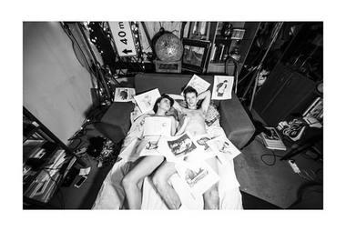 O žiūrovas tarsi nematomas patiria veikėjų, gyvenančių viename iš tūkstančių mažų butų, išgyvenimus.  Donato Ališausko nuotrauka