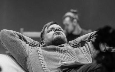 """Spektaklio """"Giminės, arba kam zrazų pakartot"""" repeticijoje - aktorius Marius Cemnickas. JMDT archyvo nuotrauka"""