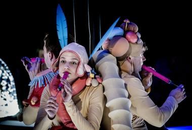 """Scena iš spektaklio """"Trijulis aukštyn kojom"""". Dmitrijaus Matvejevo nuotrauka"""