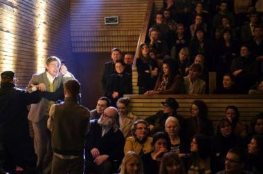 """Scena iš spektaklio """"Visuomenės priešas"""". Dmitrijaus Matvejevo nuotrauka"""
