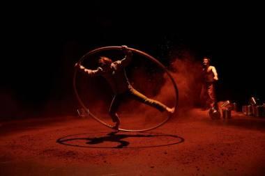 """Scena iš Juan Ignacio Tula ir Stefan Kinsman spektaklio """"Šventasis medis"""". Christophe Raynaud de Lage nuotrauka"""