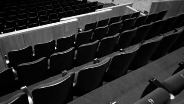 Kritikai dažniau apsiriboja savo pozicijos - suformuotos savo vietoje salėje - išsakymu.