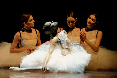 """Baleto, kaip kultūros reiškinio, motyvas akivaizdus Kipro Chlebinsko kompozicijoje """"Étoiles"""". Martyno Aleksos nuotrauka"""