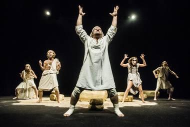 """Scena iš spektaklio """"Heraklis"""". Dmitrijaus Matvejevo nuotrauka"""
