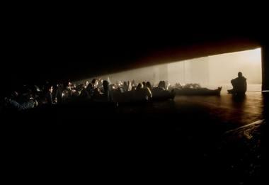 """Audiovizualinių potyrių spektaklyje """"Juoda saulė"""". Dmitrijaus Matvejevo nuotrauka"""