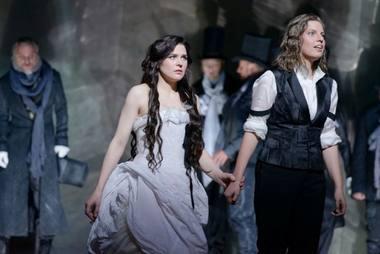 """Scena iš operos """"Kapulečiai ir Montekiai"""": Džuljeta (Viktorija Miškūnaitė) ir Romeo (Eglė Šidlauskaitė). Martyno Aleksos nuotrauka"""