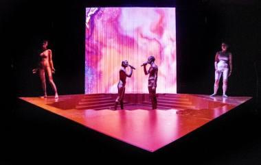 """Scena iš spektaklio """"Laimės respublikoje"""". Dmitrijaus Matvejevo nuotrauka"""