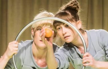 "Julietta Birkeland ir Jenny Soddu spektaklyje ""Tvarkos diena"". Dmitrijaus Matvejevo nuotrauka"