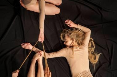 """""""Atvira oda"""": aktorės ruošiasi ritualui su žiūrovėmis. Kauno miesto kamerinio teatro archyvo nuotrauka"""
