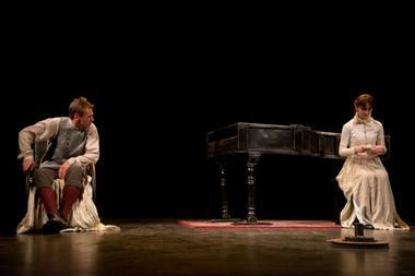 """Rolandas Kazlas ir Sigita Mikalauskaitė Vilniaus teatro """"Lėlė"""" spektaklyje """"Na pagal šio pasaulio madą"""". Imanto Preco (teatras """"Lėlė"""") nuotrauka"""