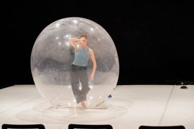 """Scena iš šokio spektaklio """"Ekspansija. Visata įeina į mano kūną"""". Dmitrijaus Matvejevo nuotrauka"""