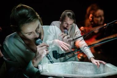 """Scena iš spektaklio """"Žmogus iš žuvies"""", režisierė Eglė Švedkauskaitė. Lauros Vansevičienės nuotrauka"""